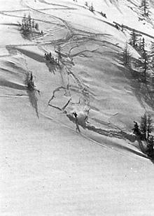 Das Schneebrett zerbricht in Knollen.